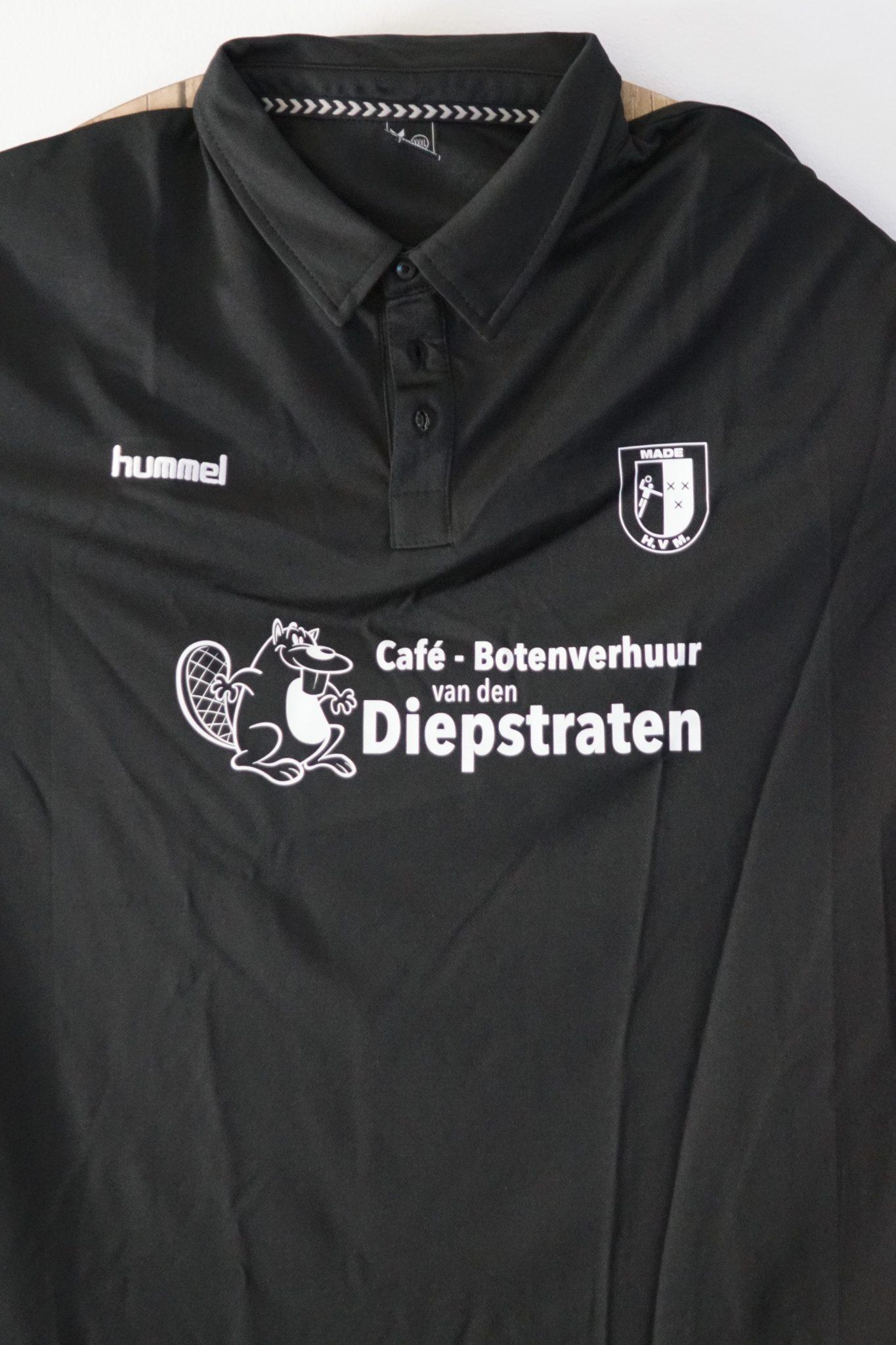 Ook onze trainer en coaches hebben nieuwe t-shirt